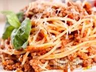 Лесни спагети болонезе с кайма, червено вино и канела